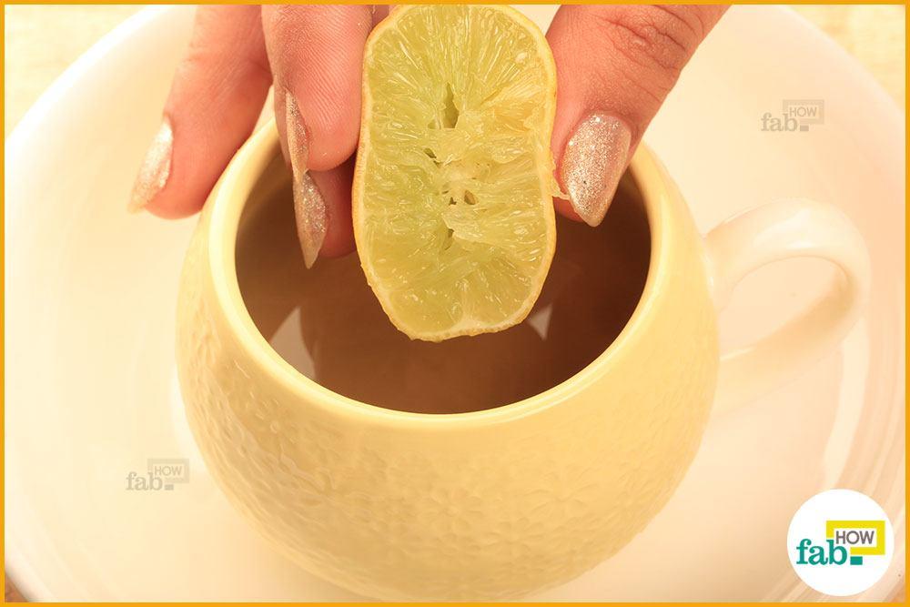 नींबू को चाय में निचोड़ दें