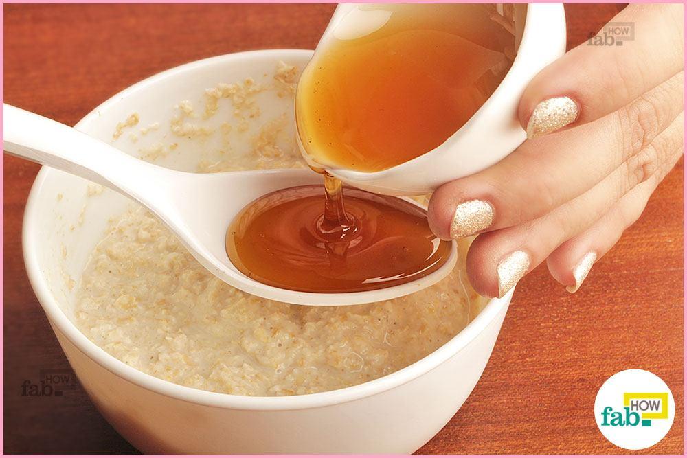 ओटमील और दूध के मिश्रण में शहद डालें