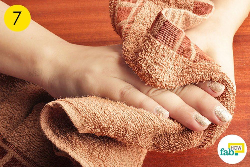 हाथों को अच्छी तरह से धो लीजिये