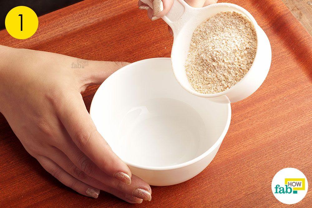 ओटमील स्क्रब बनाने के लिए ओटमील को कटोरे में निकाल लें