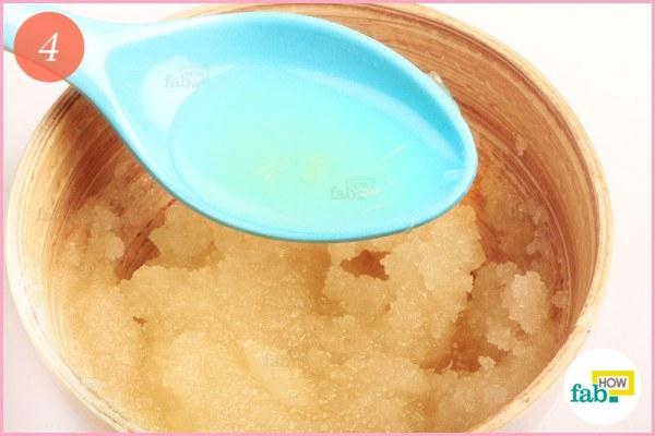 कटोरे में नींबू का रस डालें