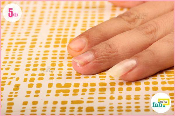 जैतून का तेल नाखूनों के आस-पास की त्वचा को नमी प्रदान करता है