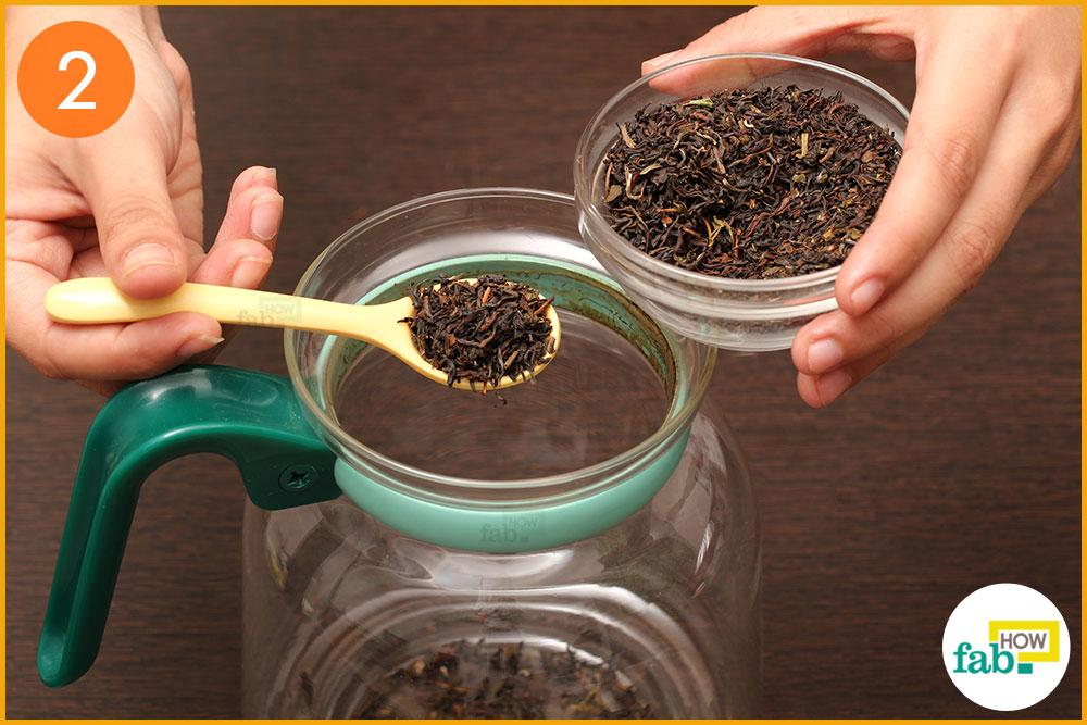 केतली में चाय की पत्तियां डालिए