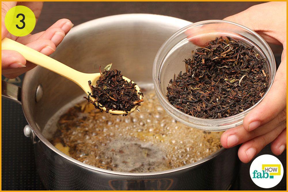 पानी में चाय की पत्तियां डालें