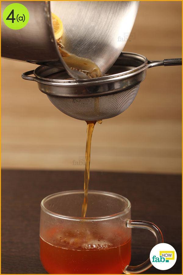 कप में चाय छान लें