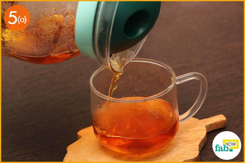 चाय को कप में निकाल लें