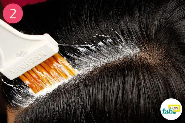 दही और नींबू के पेस्ट को हेयर डाई ब्रश की सहायता से सिर की त्वचा पर लगा लें