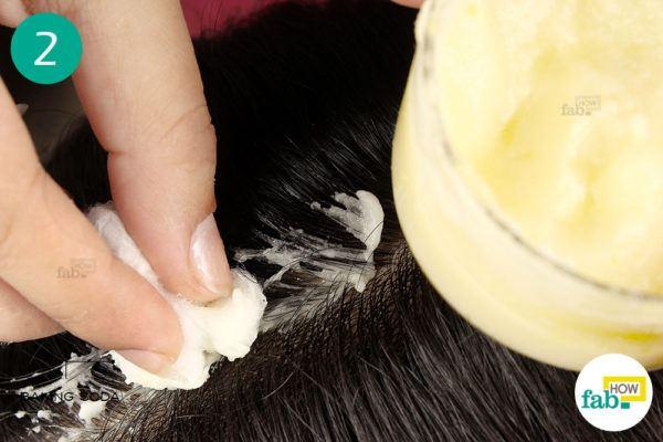 बेकिंग सोडा और नींबू के पेस्ट को सिर की त्वचा पर लगाएं