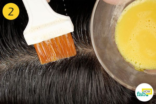अंडे को हेयर डाई ब्रश की सहायता से सिर की त्वचा पर लगाइए