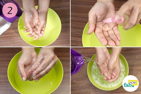 पानी से अपने हाथों को धो लीजिये