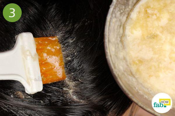 हेयर डाई ब्रश की सहायता से तैयार हेयर पैक को बालों पर लगाएं