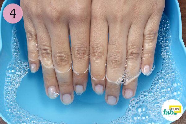 साबुन वाले पानी में नाखूनों को भिगोइए