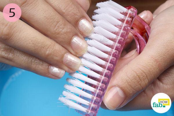 नाखूनों के नीचे सफाई करने के लिए नेल ब्रश का उपयोग कीजिए