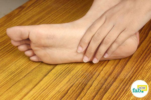 नियमित रूप से पैरों के पंजों की देखभाल करें