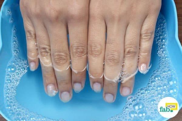 घर पर हाथ के नाखूनों की सफाई और देखभाल करने का आसान तरीका