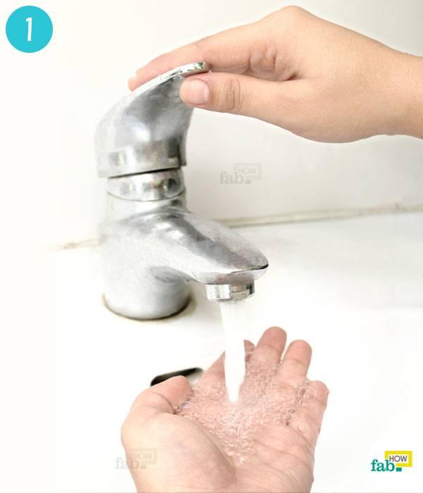 पानी से हाथों को गीला कीजिये