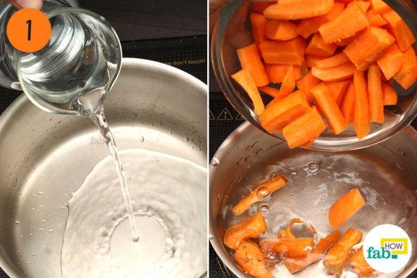 कटी हुई गाजर और पानी को एक बर्तन में डालें