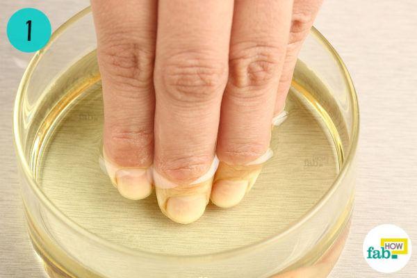 गर्म ऑलिव ऑयल में अपनी उँगलियों को डुबोइए
