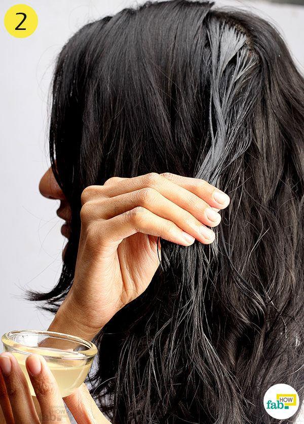 तेल के मिश्रण को उँगलियों की सहायता अपने बालों में लगाइए
