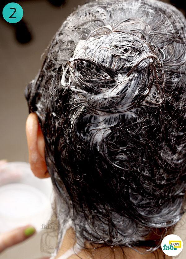 बालों में गर्म नारियल दूध को लगाएं