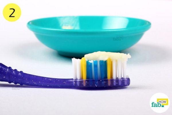 बेकिंग सोडा के पेस्ट को टूथब्रश की सहायता से अपने दांतों पर लगा लें