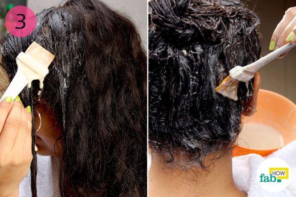 केले के हेयर पैक को हेयर डाई ब्रश की सहायता से बालों पर लगाइए