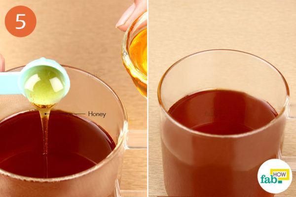 तैयार चाय में शहद मिलाइए