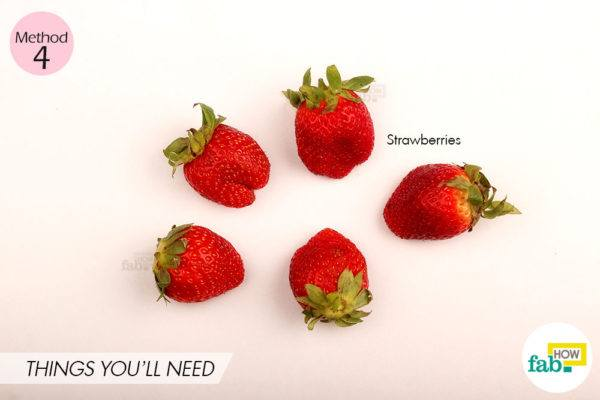 स्ट्रॉबेरीज का पेस्ट बना कर उससे दांतों में स्क्रब कीजिये