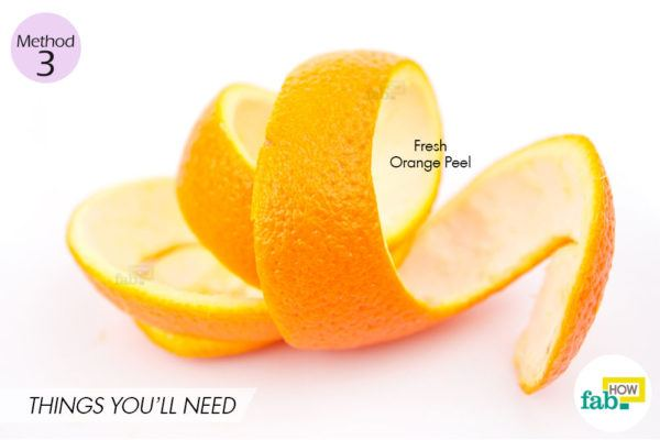 संतरे को छिल कर, छिलके के अंदर के भाग को दांतों पर रगड़िए