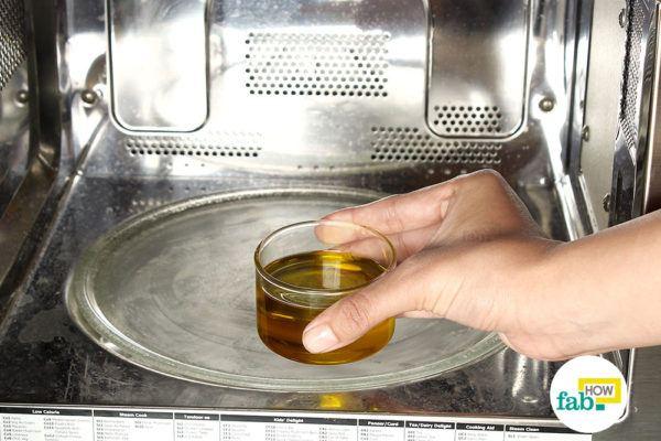 कटोरी में जैतून का तेल लेकर गुनगुना कीजिये