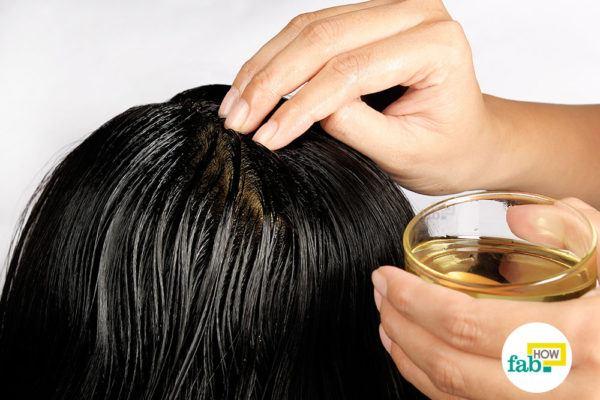 रोजमेरी और नारियल तेल के मिश्रण से बालों की जड़ों पर मालिश कीजिये
