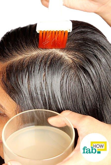 हेयर डाई ब्रश से प्याज के रस को बालों की जड़ों पर लगा लें