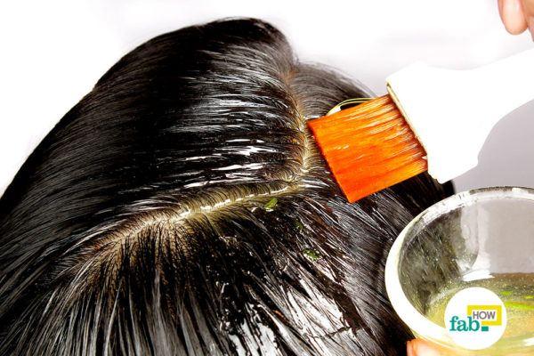 हेयर डाई ब्रश से एलोवेरा जेल को बालों पर लगायें