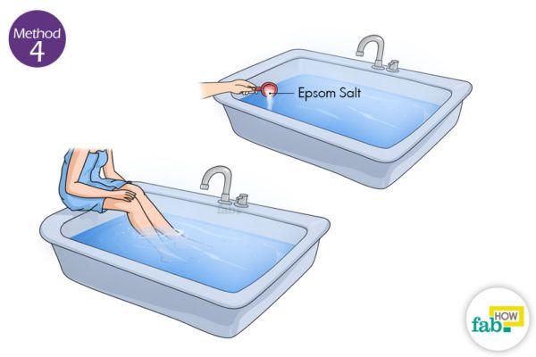 एप्सम साल्ट के पानी में पैरों को रखिये