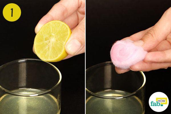 एक कटोरे में नींबू के ताजे रस को निकल लें