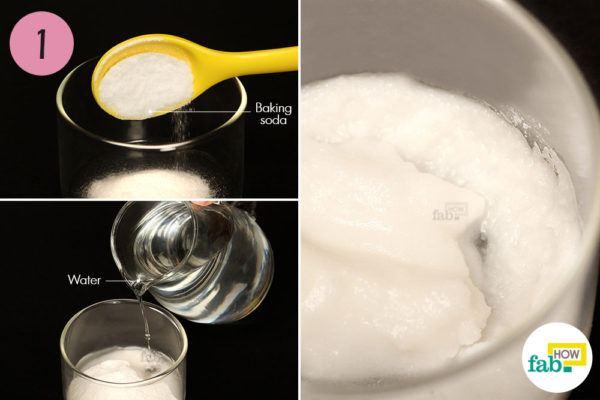 पानी और बेकिंग सोडा को मिलाकर पेस्ट बना लें