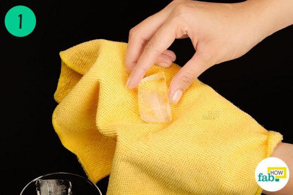 बर्फ के कुछ टुकड़ों को तौलिये में लपेट लिजिए