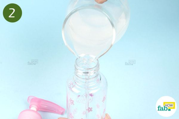 स्प्रे बोतल में मिश्रण को भर लीजिये
