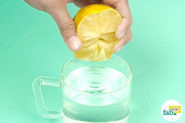 • एक कप गर्म पानी में आधे नींबू का रस मिलाये