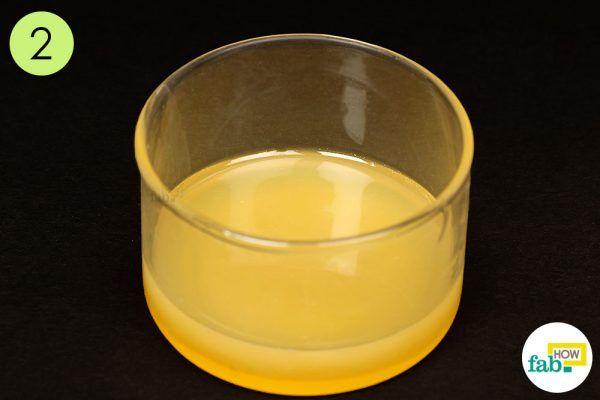 शहद और दूध के मिश्रण को त्वचा पर लगाइए