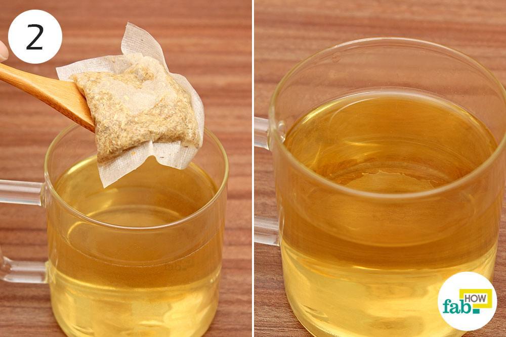 सेज टी बैग को गर्म पानी से निकाल दीजिये