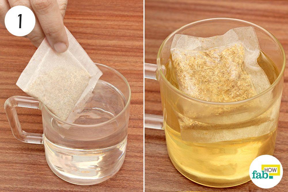 गर्म पानी में सेज टी बैग डालिए