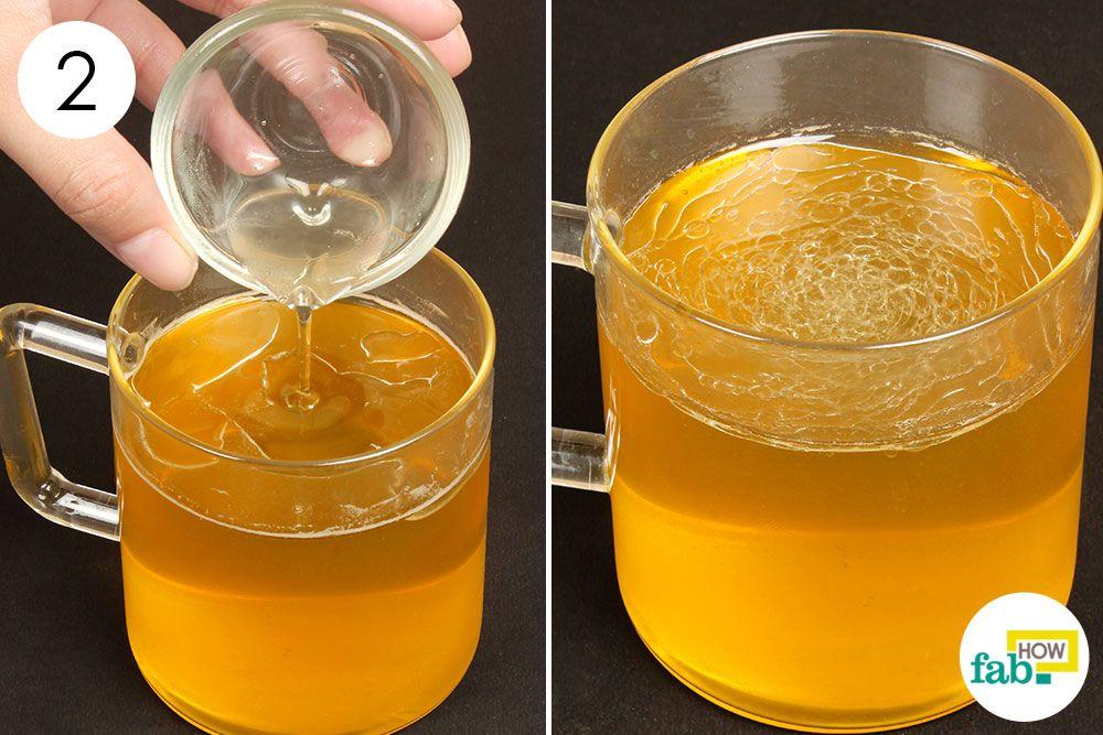 तैयार ग्रीन टी में कार्बनिक नारियल तेल डालिए