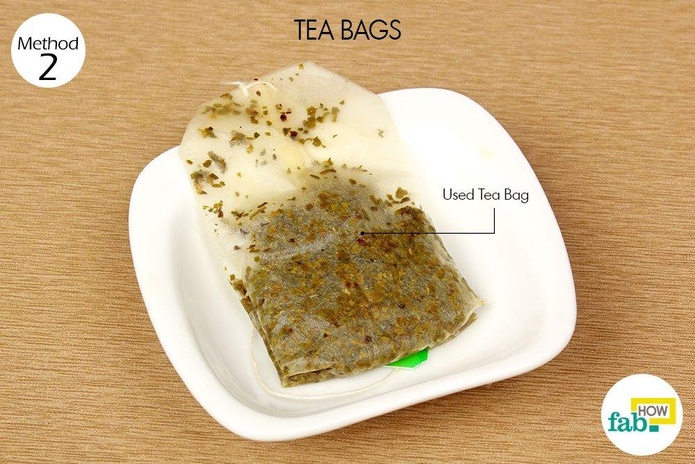 डार्क सर्कल्स को कम करने के लिए टी बैग का इस्तेमाल कीजिये