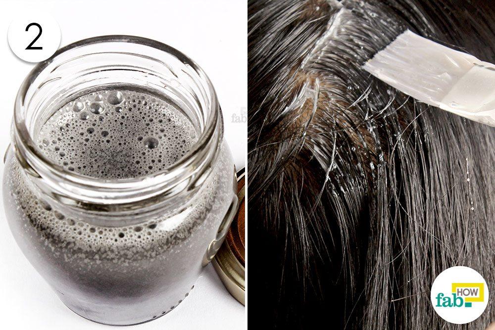 तेल और शैम्पू से बने मिश्रण को बालों पर लगायें
