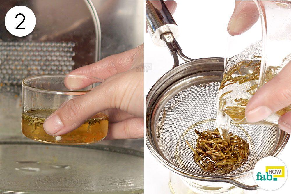 नारियल तेल और रोजमेरी के मिश्रण को गर्म करें