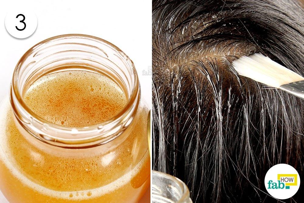 नारियल तेल और अंडे के तैयार मिश्रण को बालों पर लगायें