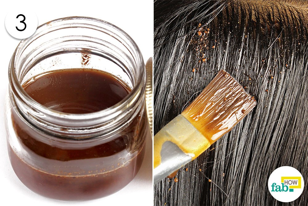 तैयार नारियल-आँवला तेल को बालों पर लगा लें