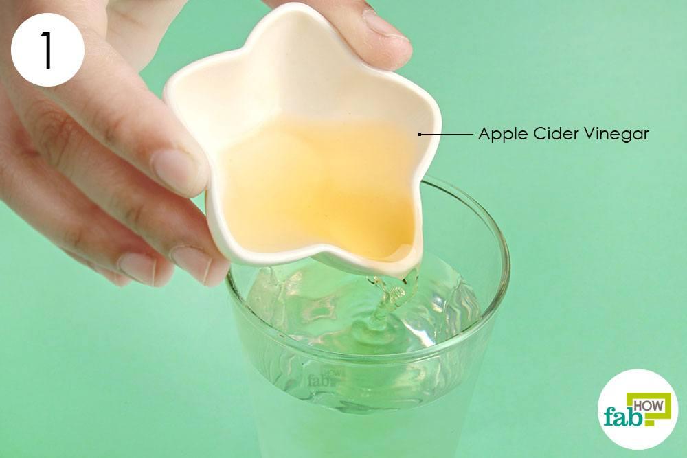 सेब के सिरके को एक गिलास पानी में डालिए