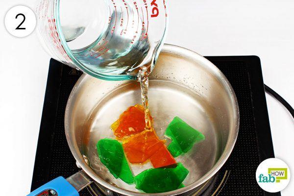 2 सॉस पैन में दो से तीन इंच पानी डालिए
